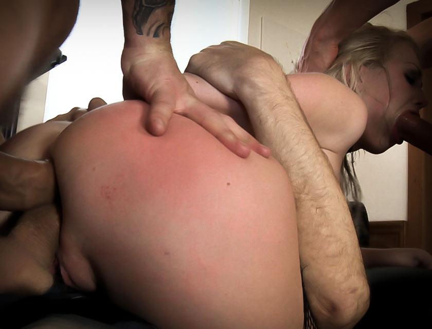 Два мужика ебут жирную шлюху в очко рот и пизду